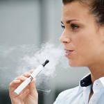 アイコスを吸う女性