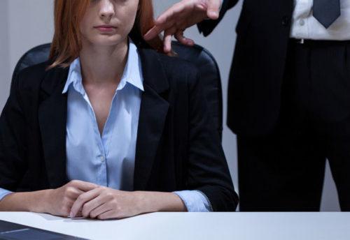 職場で男性が好きな女性に見せる態度