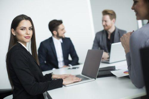 男性は「不器用&遠回し」なアプローチが多い!職場恋愛でも…