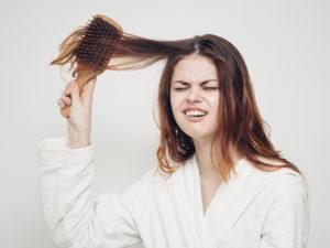 髪がボサボサの女 田舎臭い